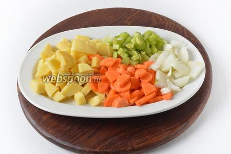 50 грамм лука, 60 грамм моркови, 100 грамм картофеля, 30 грамм ревеня очистить и нарезать небольшими кусочками.