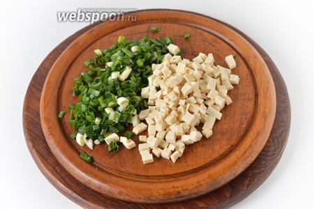 Зелёный лук промыть, просушить и мелко нарезать 30 грамм. 150 грамм тофу нарезать небольшими кубиками.