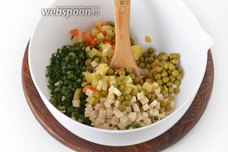 Соединить зелёный лук, 150 грамм консервированного горошка, огурцы, яблоки, картофель, морковь, тофу.