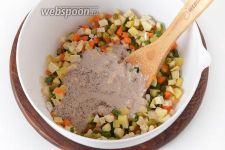 Добавить ореховую заправку. Перемешать. Проверить ещё раз на соль и чёрный молотый перец.