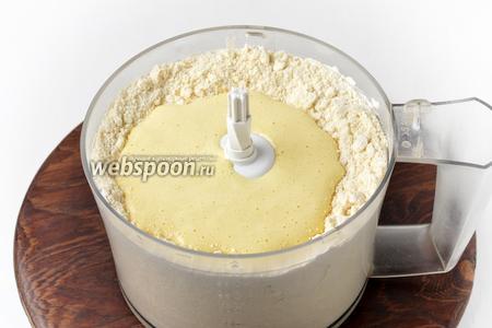 1 желток соединить с сахаром 100 грамм и ванильным сахаром 10 грамм, взбить до белого цвета и выложить к мучной крошке.