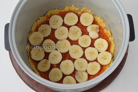 Сверху размазать густое варенье (180 мл, у меня варенье из тыквы и кабачков), а на варенье разложить кружочки 1 очищенного банана.