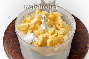 Приготовим тесто. Для этого в чашу кухонного комбайна (насадка металлический нож) просеять 450 грамм муки с разрыхлителем 15 грамм. Добавить 1 щепотку соли и нарезанное небольшими кусочками холодное сливочное масло 250 грамм.