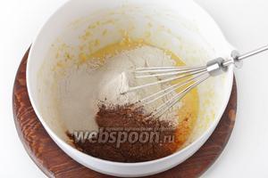 Добавить просеянную с разрыхлителем (10 грамм) муку (120 грамм) и какао (15 грамм).