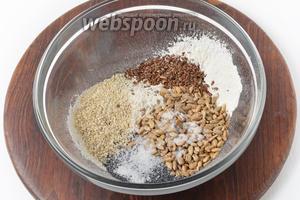 Соединить просеянную муку 100 грамм, 20 грамм кунжута, 30 грамм мака, 60 грамм семечек подсолнечника, 15 грамм чиа, 30 грамм льна, соль (0,75 ч. л.). Перемешать.