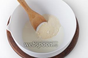 Соединить манную крупу 100 грамм, 1 щепотку соли и 125 мл кефира. Перемешать, оставить на 20 минут.