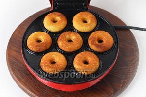 Выпекать до готовности. В электрической форме на приготовление 1 полной закладки пончиков уходит приблизительно 5 минут.