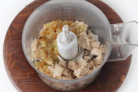 В чашу кухонного комбайна (насадка металлический нож) выложить нарезанную грудку, подготовленный лук, часть соли и чёрного молотого перца.