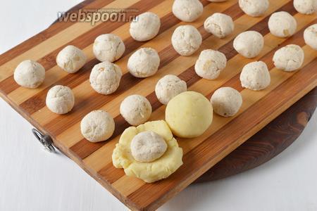 Из куриного фарша сформировать небольшие шарики. Из картофеля сформировать лепёшки, выложить на середину лепёшки куриные шарики. Сформировать крокеты, хорошо защипнув все швы.