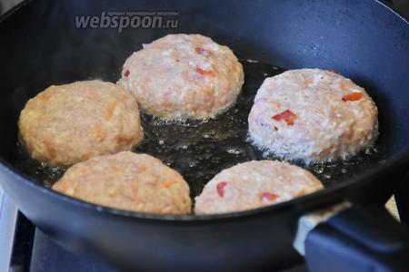 Сковороду с антипригарным покрытием разогреть, влить подсолнечное масло (70 мл) и обжарить котлеты на  среднем огне до румяности с обеих сторон.