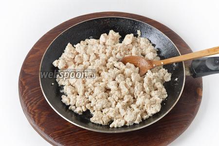 Куриный фарш (300 грамм) обжарить 6-7 минут на сковороде с 1 столовой ложкой подсолнечного масла. Приправить частью соли и чёрного молотого перца.