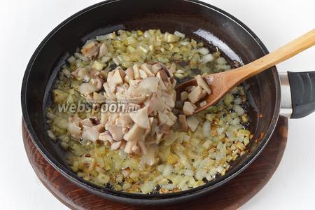 Добавить замороженные белые грибы (300 грамм). Готовить всё вместе, периодически помешивая, 6-7 минут.