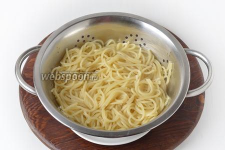 Спагетти отварить до состояния «аль денте».