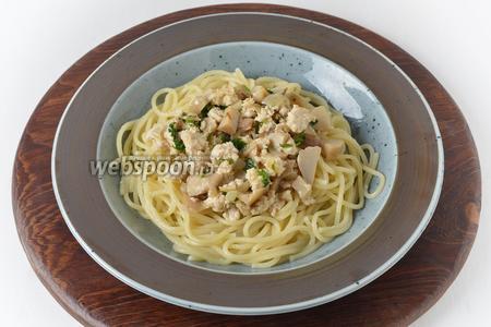 Соединить спагетти и подготовленный соус. Подавать немедленно, посыпав сверху чёрным молотым перцем по своему вкусу.