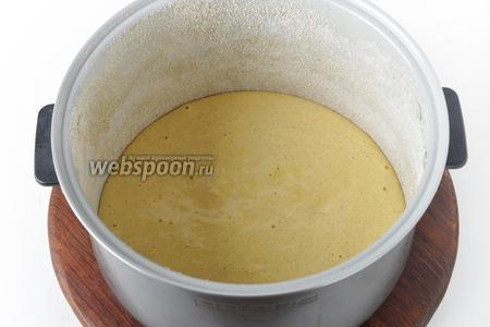Чашу мультиварки (у меня Polaris) смазать тонким слоем подсолнечного масла (1 ч. л.) и посыпать тонким слоем овсяной муки (1 ст. л.). Вылить тесто в чашу.