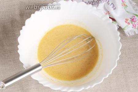 Сливки (100 мл) слегка нагреть. Сливки можно брать любой жирности, но чем жирнее, тем калорийней кулич-краффин. В нагретых сливках растопить сливочное масло (50 грамм), растворить соль (1/2 ч. л.) и сахарный песок (5 ст. л.), добавить ванилин (1 грамм) и молотые мускатный орех и корицу (по 1/3 ч. л.). Остудить, если необходимо, до комфортной для дрожжей температуры.