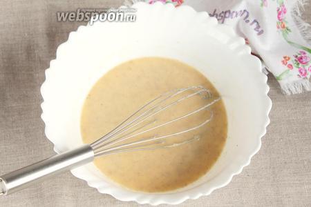 Добавить 2 яйца куриные и слегка взбить до однородного состояния. Распустить в полученной смеси дрожжи сухие (1,5 ч. л.).