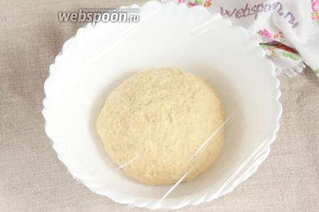 Добавляя небольшими порциями предварительно просеянную муку пшеничную, замесить нежное, гладкое, эластичное тесто, не липнущее к рукам. Муки может потребоваться чуть меньше или чуть больше (400-550 грамм), что зависит от многих факторов. Ёмкость с готовым тестом накрыть пищевой плёнкой и оставить в тёплом месте для расстойки на 1-2 часа. Тесто за это время увеличится в 1,5-2 раза.