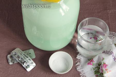 Для приготовления сыра «Моцарелла» в домашних условиях, потребуются следующие ингредиенты: деревенское коровье цельное молоко, вода очищенная, лимонная кислота и фермент сычужный (или «Ацидин-пепсин»). На фото видно, что в используемом мною молоке 500 мл сливок. Я специально взяла суточное молоко, чтобы продемонстрировать как оно отстаивается.