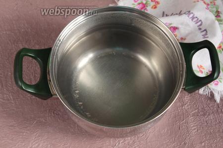 Необходимо заранее приготовить рассол для будущего сыра. Залить 1 столовую ложку соли 1 литром кипятка. Растворить соль и остудить. Готовый рассол охладить в холодильнике. Готовые сырные головки должны опускаться в холодный рассол. Воду можно заменить на молочную сыворотку.