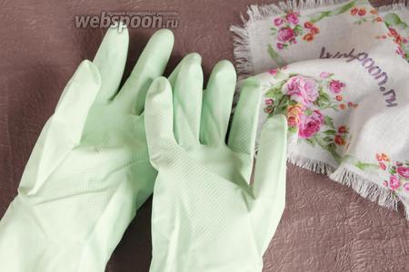 Чтобы не обжечь руки, так как сыворотка горячая, потребуются резиновые перчаточки, под низ которых необходимо ещё надеть тканевые перчатки (у меня лёгкие вязаные). Тогда точно процесс приготовления будет комфортным.