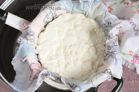 Откинуть сырное зерно на дуршлаг, застеленный не плотной тканью, можно марлей в 2 слоя. Но!!! Сыворотку сохранить!!! Сырная масса стала одной «головкой».