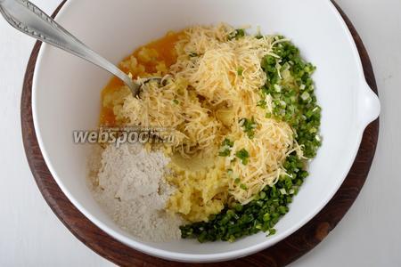 Добавить 1 яйцо, муку (1 ст. л.), натёртый на средней тёрке твёрдый сыр (50 грамм), мелко нарезанный зелёный лук (30 грамм), соль (1 ч. л.), чёрный молотый перец (1 грамм). Тщательно перемешать. Оставить на 15 минут.