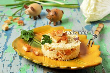 Салат с пекинской капустой, сыром и сухариками
