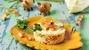 Фото рецепта Салат с пекинской капустой, сыром и сухариками