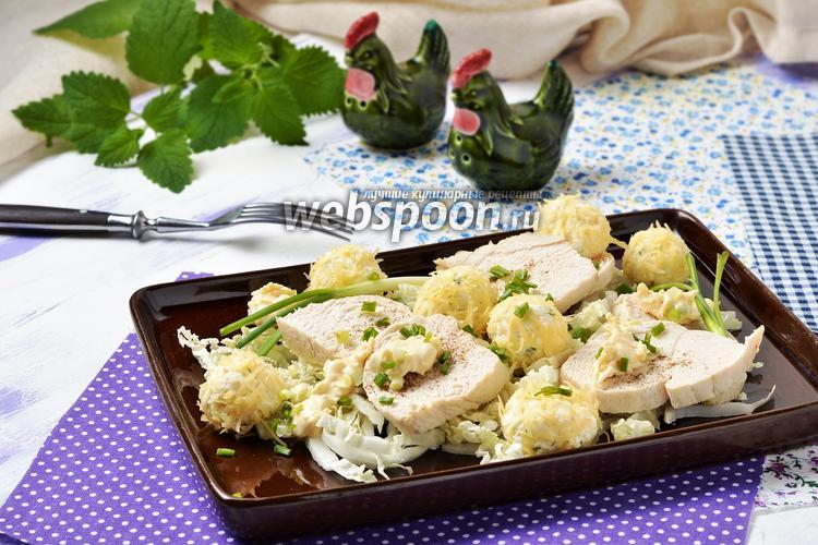 Фото Салат из пекинской капусты, куриных грудок с сырными шариками