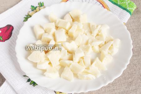 Сыр «Моцареллу» (150 грамм) порезать небольшими кубиками.
