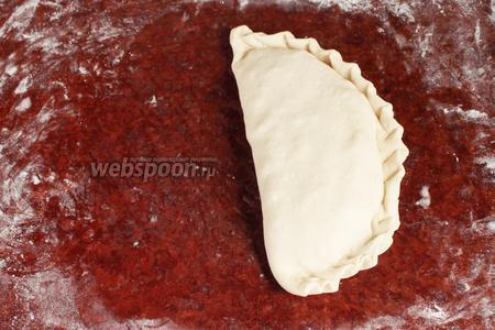 Накрыть плотненько второй половиной круга. Придавливая начинку и выгоняя воздух, защипнуть край. Из второй части теста сформовать аналогичный «пирожок».