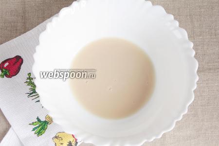 В тёплой воде питьевой (125 мл) распустить сухие дрожжи (1 чайная ложка с небольшой горочкой) с сахарным песком (1 ч. л.).