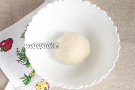 Всыпать пшеничную муку (200 грамм), предварительно просеянную, и соль (0,5 ч. л.). Тщательно вымешать тесто. При необходимости добавить муки, но добавлять по 1 щепотке. Тесто должно собираться в комок, быть влажноватым и совсем немного липнуть к рукам. Добавить оливковое масло (1 ст. л.) и тщательно вымесить тесто не менее 10 минут. Тесто станет гладким и эластичным.