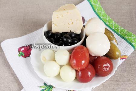 Для начинки потребуются оливки без косточек, лук репчатый, огурцы маринованные, помидоры консервированные, сыр твёрдый и сыр «Моцарелла», прованские травы.