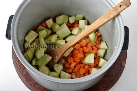 Добавить промытый и нарезанный крупными кубиками кабачок (200 грамм), очищенный и нарезанный пластинками чеснок (1 зубчик). Обжаривать 2 минуты.