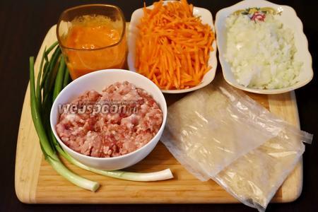 Для приготовления супа подготовить необходимые продукты: бульон, мясной фарш, лук, морковь, томатную пасту, подсолнечное масло, соль, перец, зелёный лук.