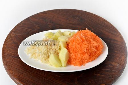 Корень сельдерея, морковь и яблоко очистить. У яблока удалить семенную коробку. Нарезать яблоко (45 грамм) небольшими кусочками, а 150 граммов моркови и корень сельдерея (25 грамм) натереть на средней тёрке.