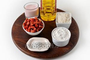 Для работы нам понадобится земляника, яйцо, клубничный йогурт, сахар, мука, разрыхлитель, подсолнечное масло.