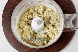 Влить ледяное молоко (90 мл) и быстро замесить тесто (буквально до соединения ингредиентов). Тесто получится слегка липким.