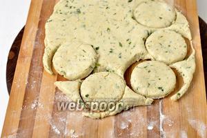 На слегка пропылённой мукой доске раскатать тесто толщиной 1-1,5 сантиметра. Вырезать кружки диаметром 6-7 сантиметров.