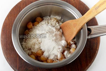 Выложить в толстостенную кастрюлю подготовленную черешню, 50 граммов сахара и 12 граммов желфикса. Перемешать. Довести до кипения и проварить на небольшом огне 2 минуты.