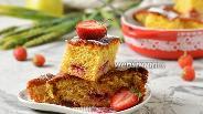 Фото рецепта Шарлотка с яблоками и клубникой