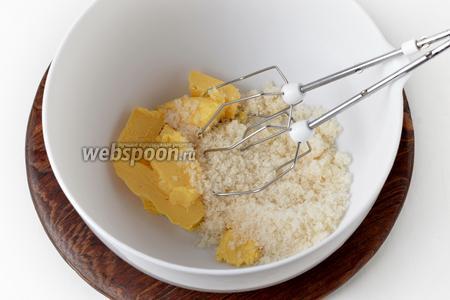 Для приготовления кексового теста взять 100 граммов мягкого сливочного масла и соединить со 100 граммами сахара. Взбить до пышной массы.