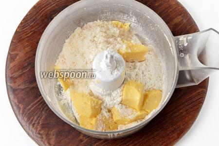 Для приготовления посыпки, в чаше кухонного комбайна (насадка металлический нож) соединить просеянную муку 90 грамм, сахара 80 грамм и нарезанное небольшими кусочками сливочное масло 80 грамм.
