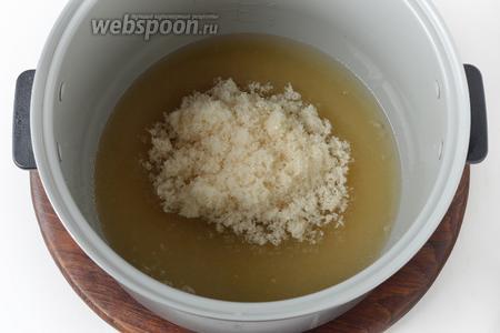 В чаше мультиварки (у меня мультиварка Polaris) выложить 450 грамм сахара и 100 мл воды. Включить мультиварку на режим «Выпечка». Довести смесь до кипения и проварить 2 минуты.