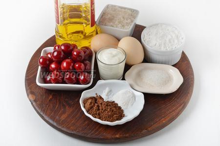 Для работы нам понадобится мука, яйца, сахар, ванильный сахар, сметана 25%, черешня, разрыхлитель, подсолнечное масло, какао, соль.