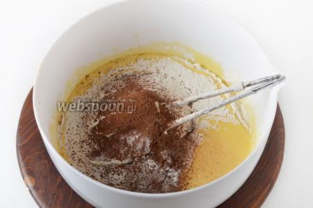 Вмешать 150 грамм просеянной муки, 20 грамм какао, 8 грамм разрыхлителя, 1 щепотку соли (мешать только до соединения ингредиентов).