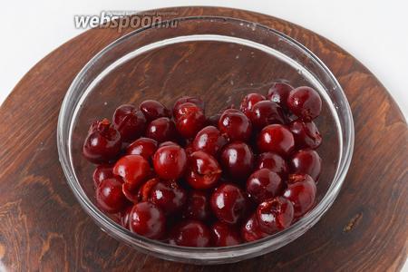 500 грамм черешни тщательно промыть. Удалить плодоножки и косточки.