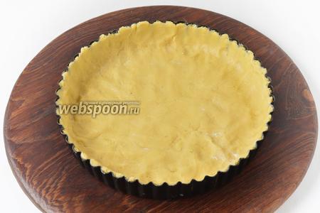 Выложить тесто в форму диаметром 18 сантиметров, сформировав дно и бортики. Отправить в холодильник на 30 минут.